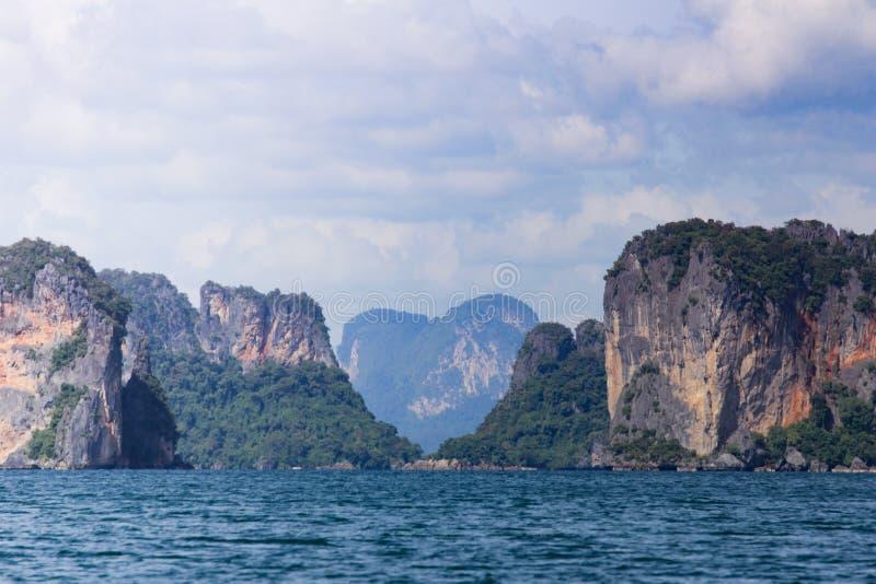 Montagne en forme de coeur dans l'océan photo libre de droits