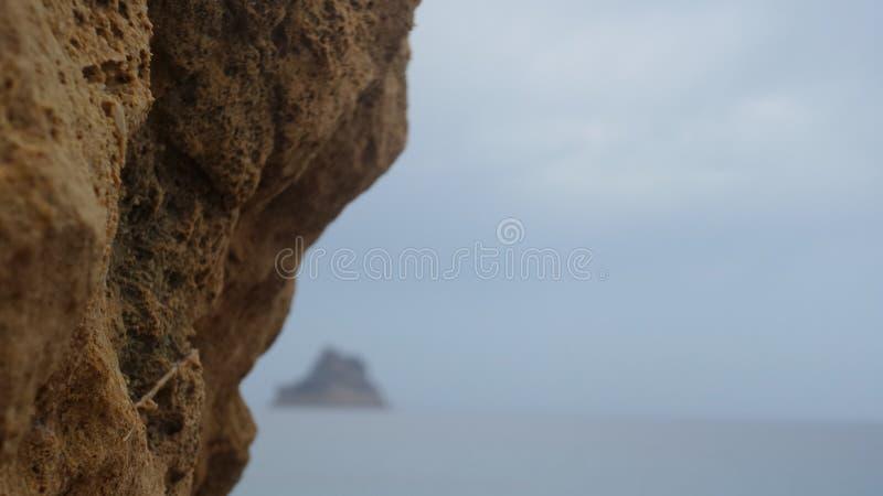 Montagne en mer photographie stock libre de droits
