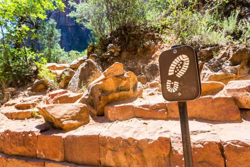 Montagne en pierre avec les buissons et le signe verts photo stock