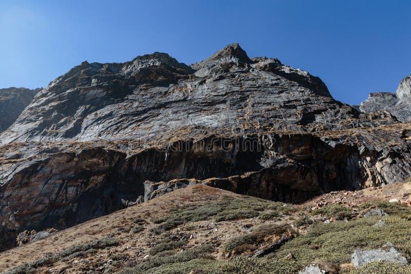 Montagne en pierre près de vallée de Yumthag qui regardent du haut niveau pour voir la ligne de route en hiver chez Lachung Le Si image libre de droits