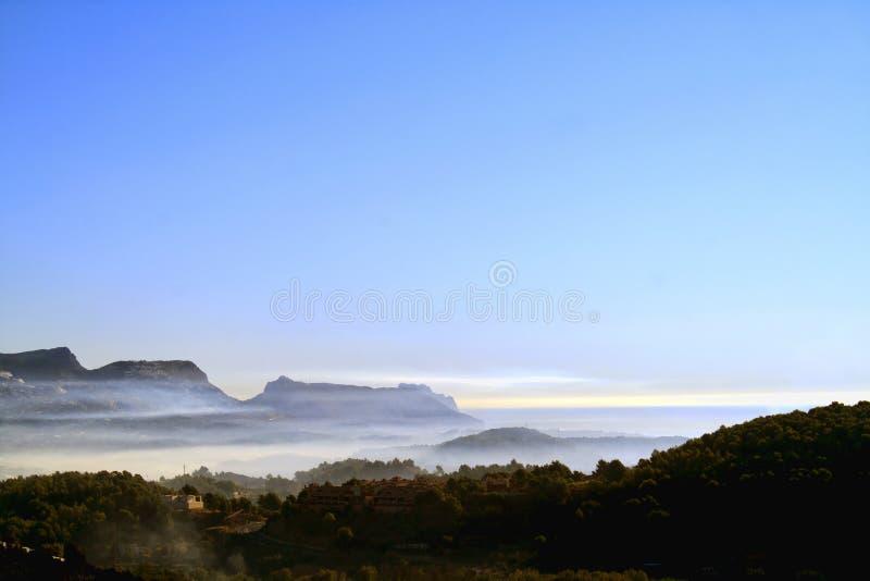 Montagne et brouillard de mer photos stock