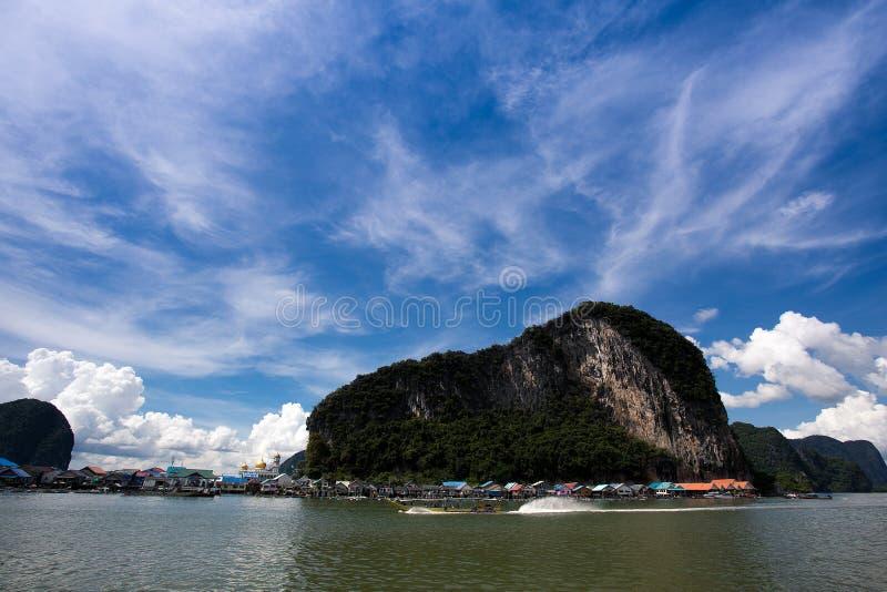 Montagne et ciel bleu images libres de droits