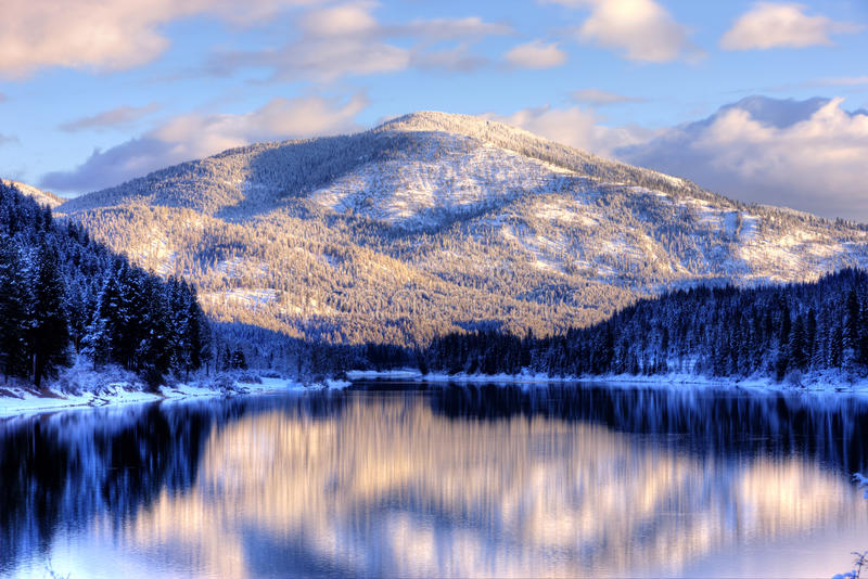 Montagne et eau de l'hiver. photo stock