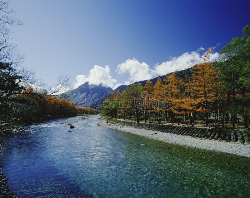 Montagne et fleuve photos stock