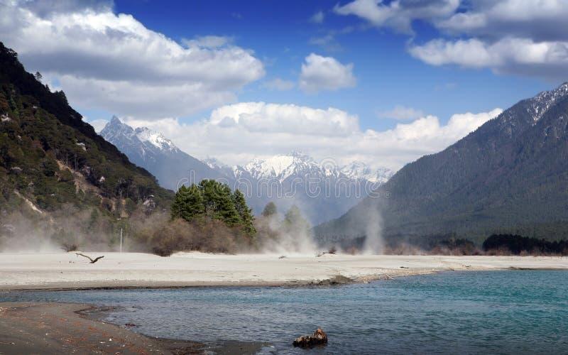 Montagne et fleuve de neige photos stock