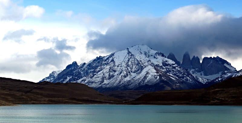 Montagne et lac bleu image libre de droits