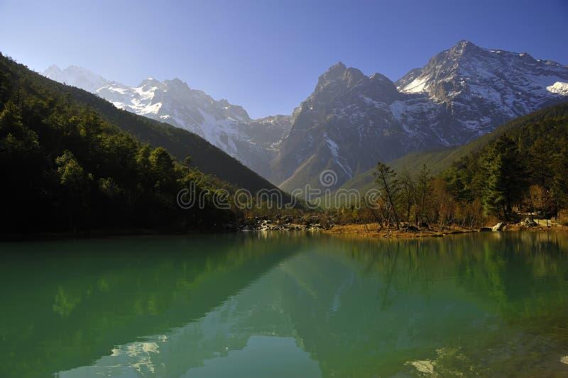 Montagne et lac de neige photo stock