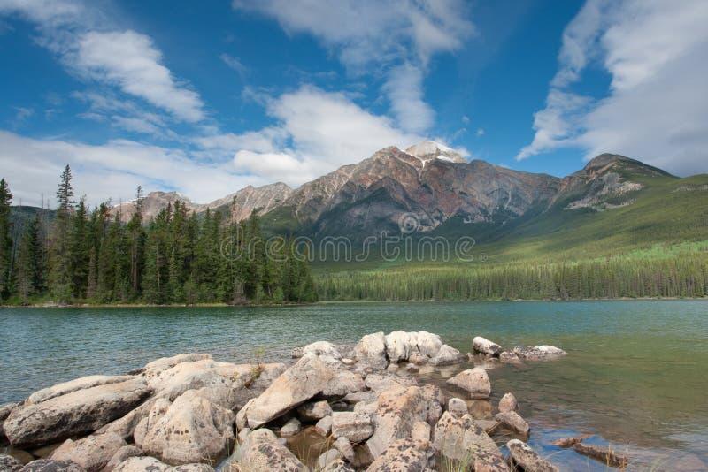 Montagne et lac de pyramide photographie stock libre de droits