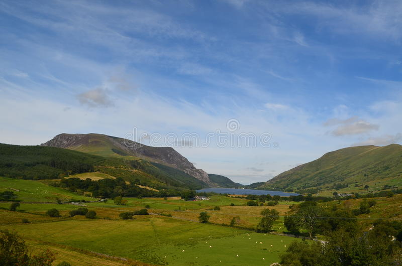 Montagne et lac parmi le paysage ouvert photo stock