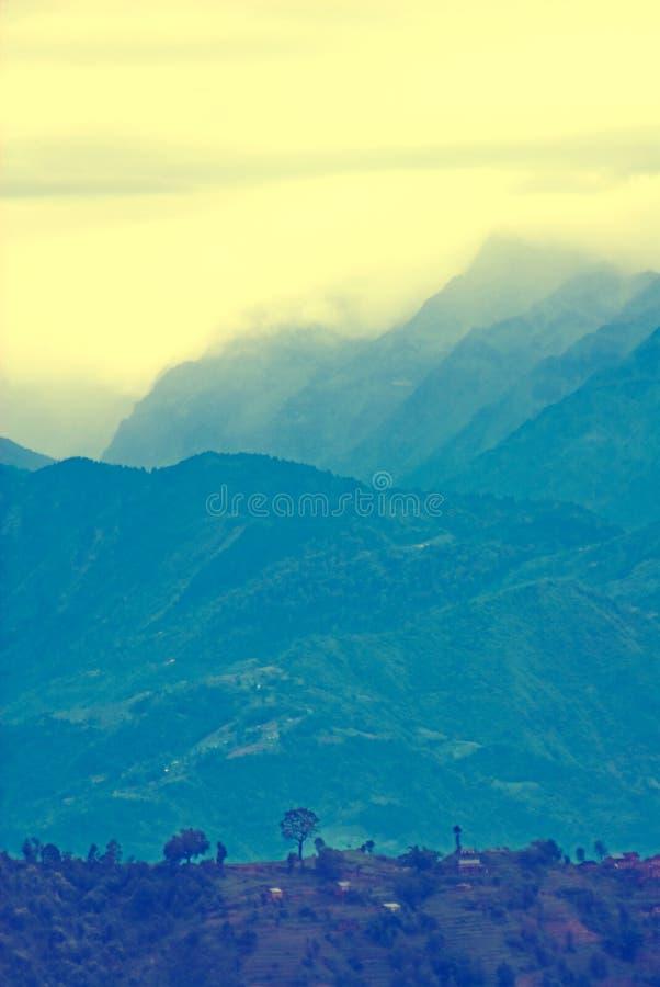 Montagne et nuages images stock