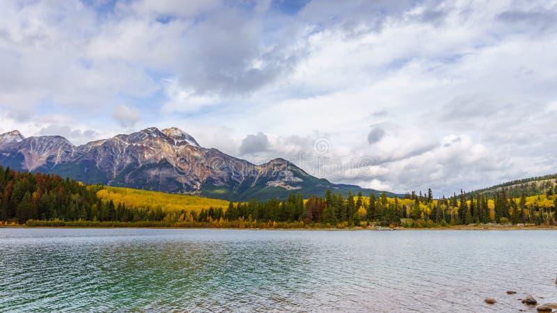 Montagne et Patricia Lake de pyramide photos libres de droits