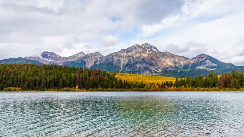 Montagne et Patricia Lake de pyramide photographie stock libre de droits