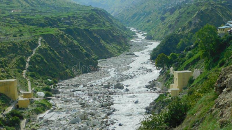Montagne et paysage de rivière de village de mana photos libres de droits