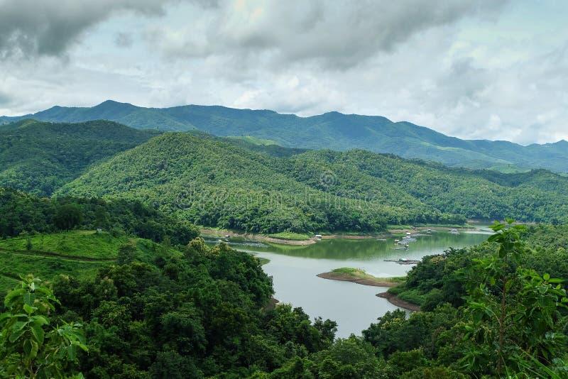 Montagne et réservoir en Thaïlande images stock