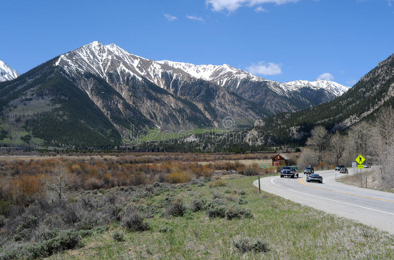 Montagne et route photographie stock libre de droits