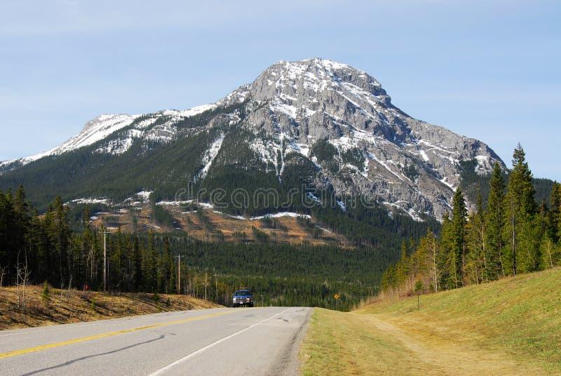 Montagne et route images stock