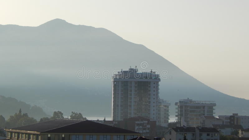 Montagne et ville photos stock