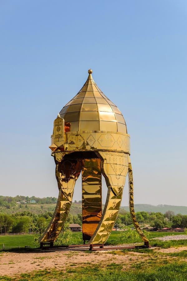 Montagne ethnique de Kudykina Gora Kudykina de parc d'attractions de famille Grand casque héroïque doré image stock