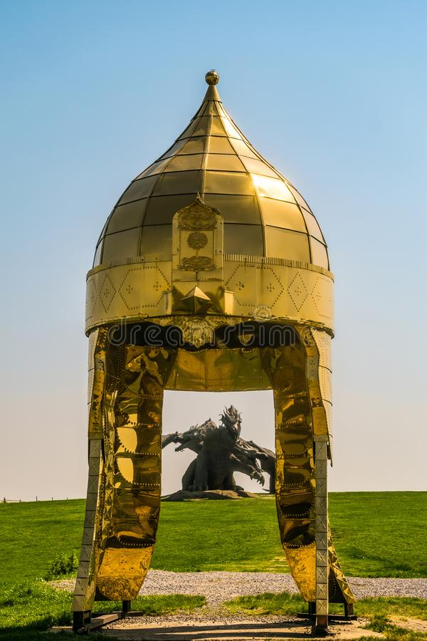 Montagne ethnique de Kudykina Gora Kudykina de parc d'attractions de famille Grand casque héroïque doré photo stock