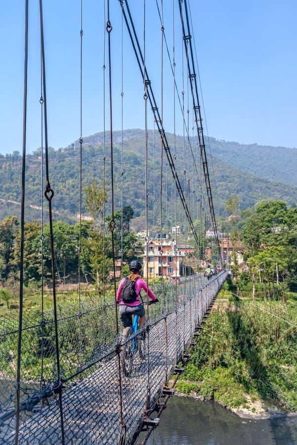 Montagne faisant du vélo au Népal images stock