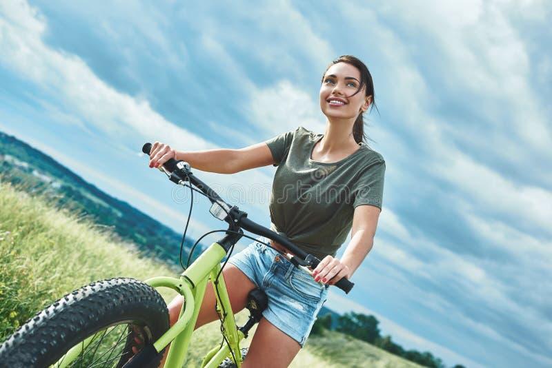 Montagne faisant du vélo - la femme avec le vélo apprécient des vacances d'été photographie stock
