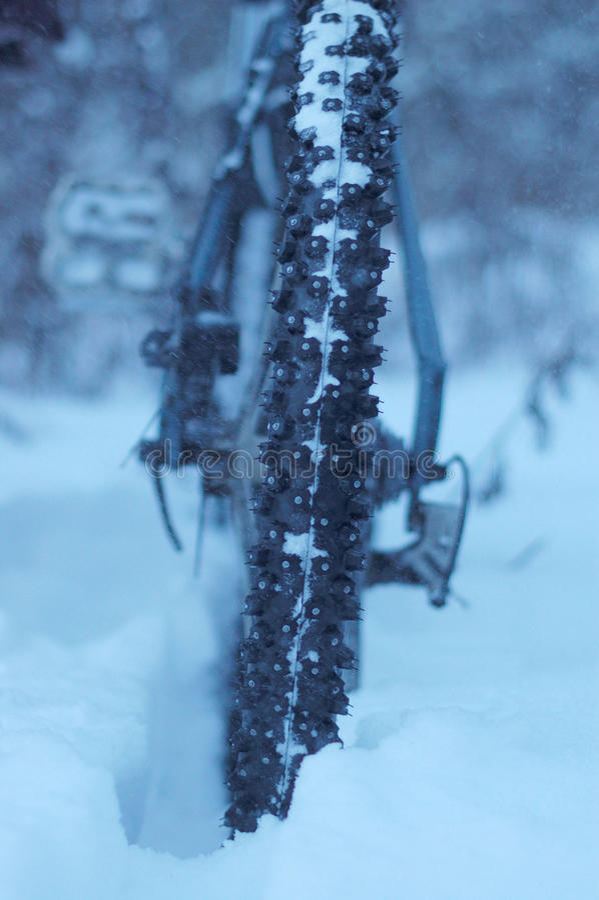 Montagne faisant du vélo pendant l'hiver image libre de droits