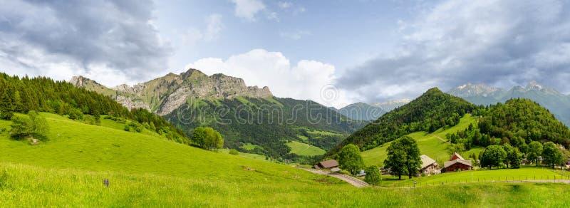Montagne française d'Alpes au col de la Forclaz, France image stock
