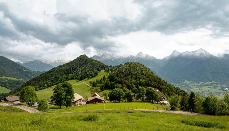Montagne française d'Alpes au col de la Forclaz, France photos stock