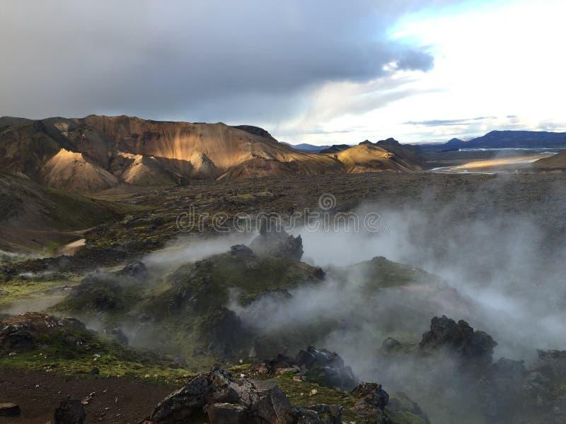 Montagne fumose in landsmannalugar, Islanda di colore fotografia stock