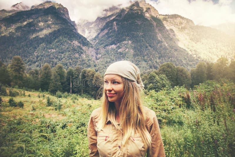 Montagne godenti sorridenti felici della giovane donna immagine stock libera da diritti