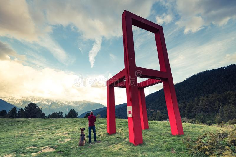 Montagne, hikker e cane di Adorra fotografia stock libera da diritti