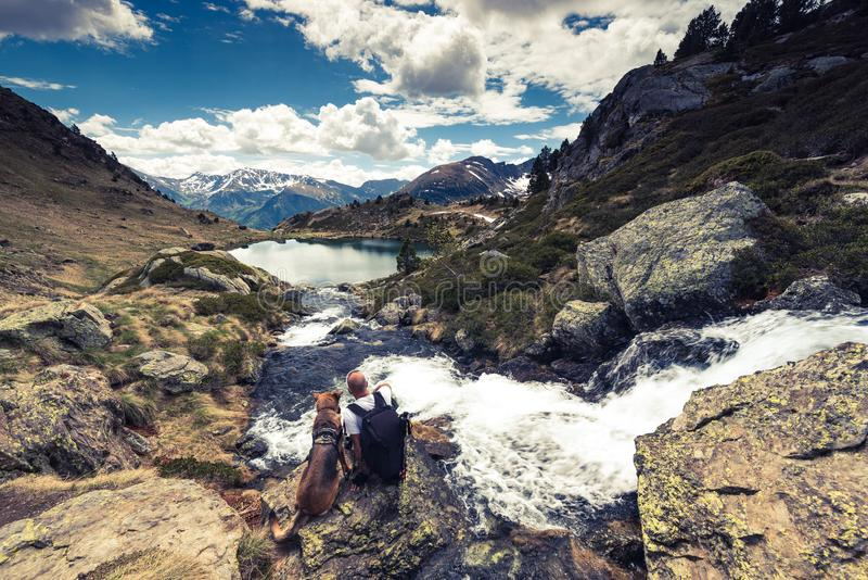 Montagne, hikker e cane di Adorra immagini stock