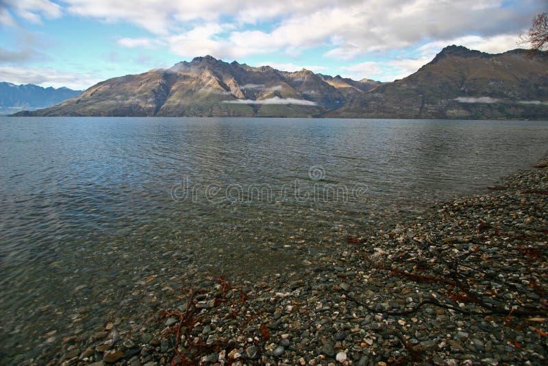 Montagne, lac et Pebble Beach pittoresques photos libres de droits