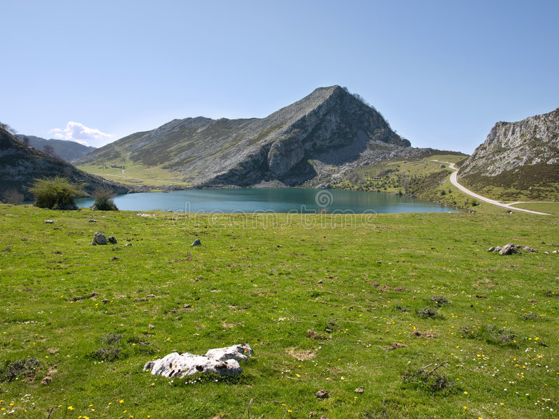 Montagne, lac et route photographie stock