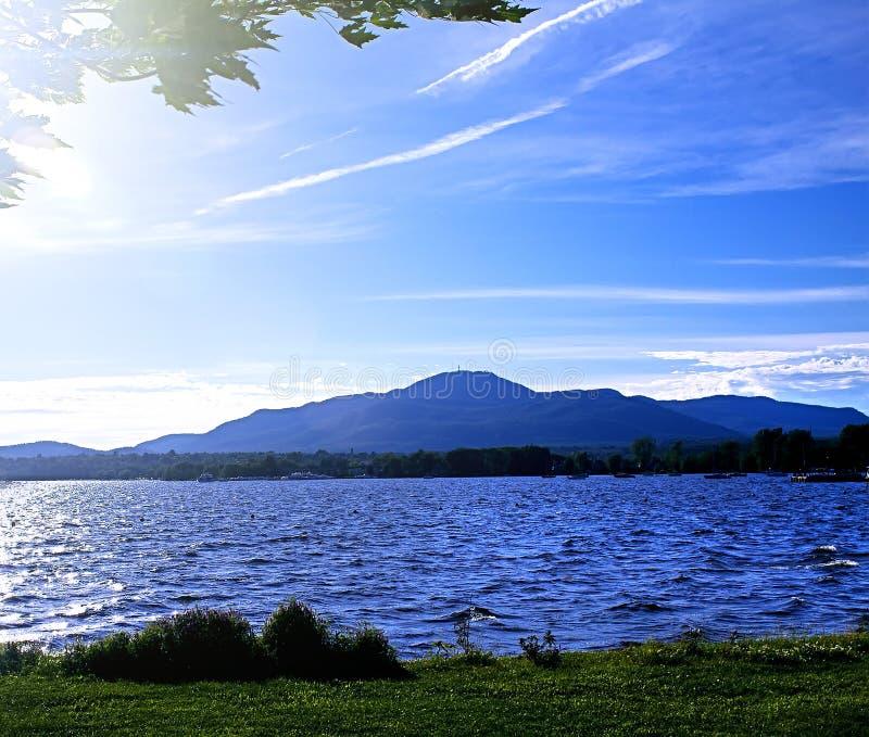 Montagne, lago e cielo blu nella sera di estate Sera sulla t fotografia stock libera da diritti