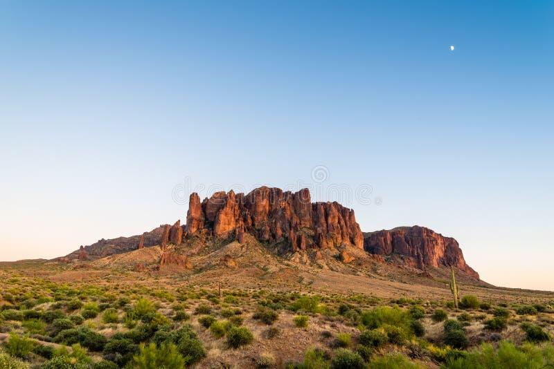 Montagne & luna di superstizione fotografia stock