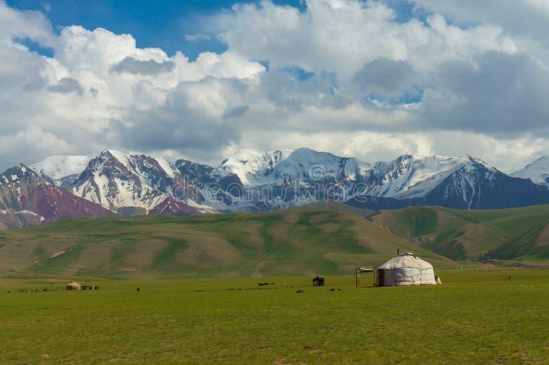Montagne maestose in Chon-Alai e nel yurt chirghiso fotografia stock