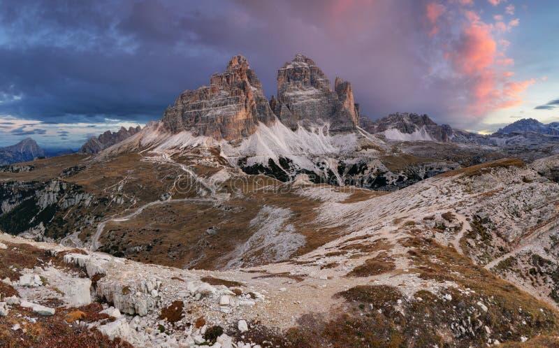 Montagne majestueuse de paysage avec la crête de Tre Cime avant lever de soleil photo libre de droits