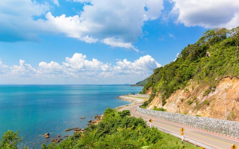Montagne, mer et ciel bleu avec la route de courbe chez Nuen Nang Paya, Kung Wi Marn Viewpoint images stock