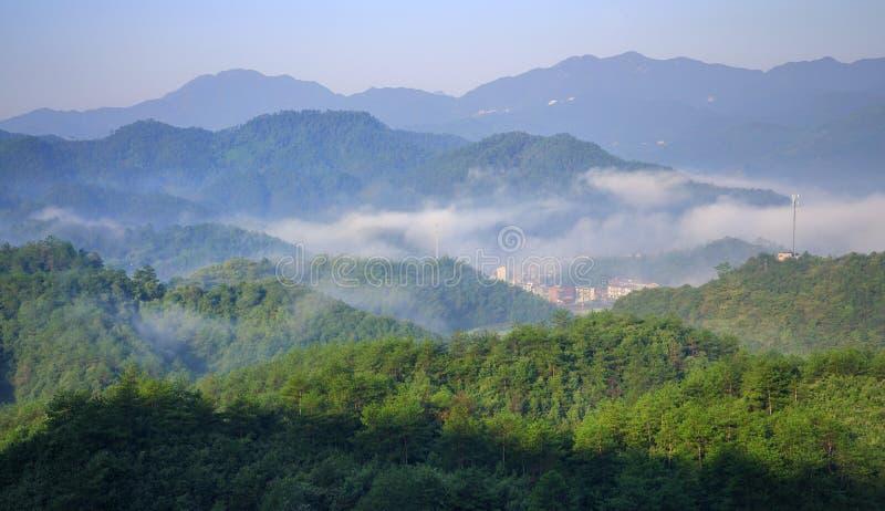 Montagne in nebbia fotografie stock