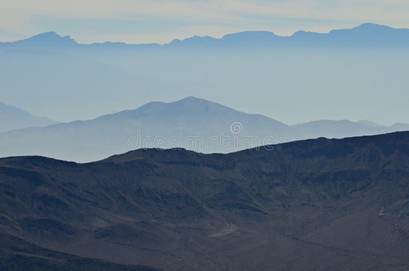 Montagne nebbiose di Death Valley immagini stock