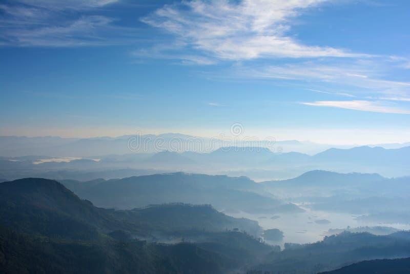 Montagne nebbiose di mattina Vista dal picco del ` s di Adam, Sri L fotografie stock