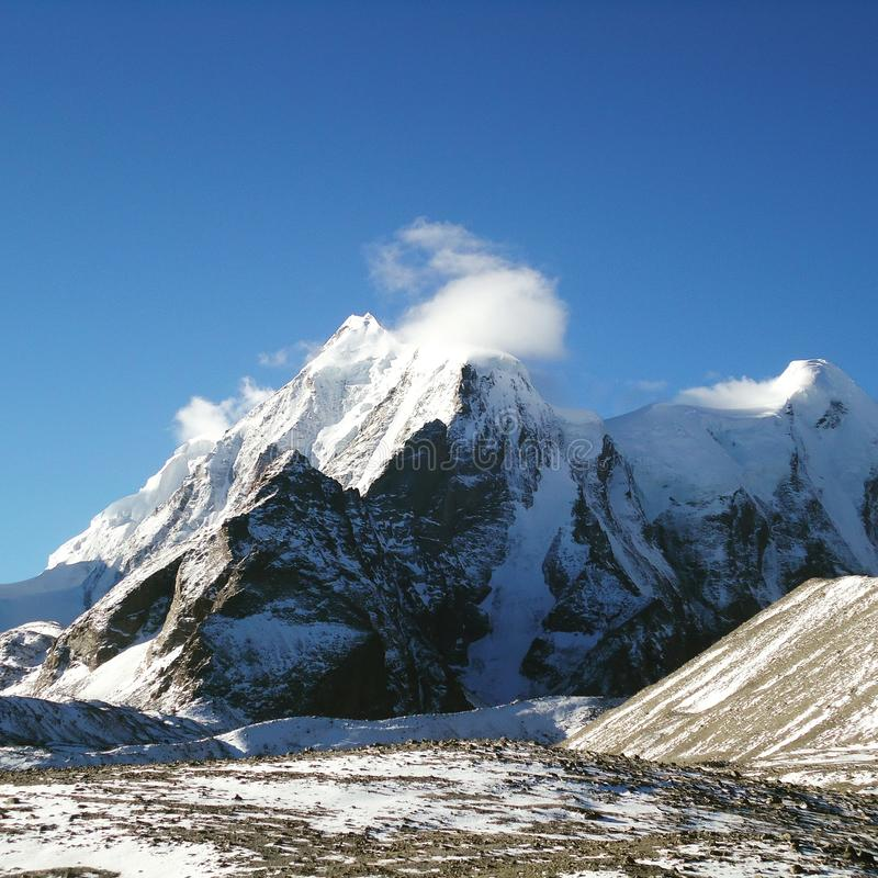 Montagne neigeuse de ciel bleu de ciel de Milou photographie stock libre de droits