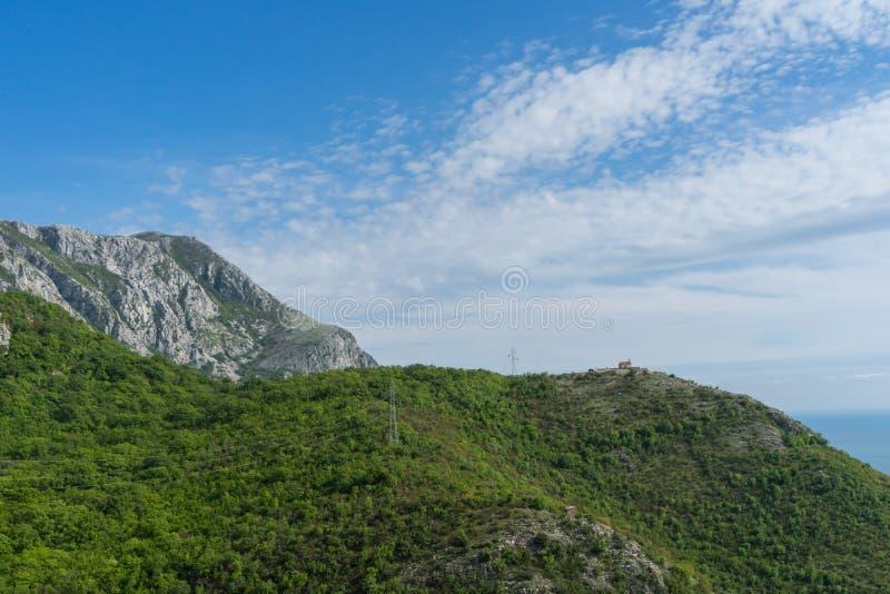 Montagne nelle montagne di Balcani Scogliera verde con la foresta e nuvole nel cielo Mare adriatico nel Montenegro Vista tropical fotografie stock libere da diritti
