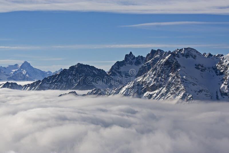 Montagne nelle nubi immagine stock libera da diritti