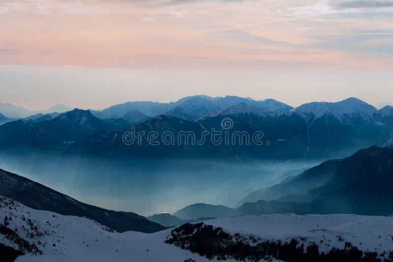 Montagne nevose magnifiche al tramonto immagine stock libera da diritti