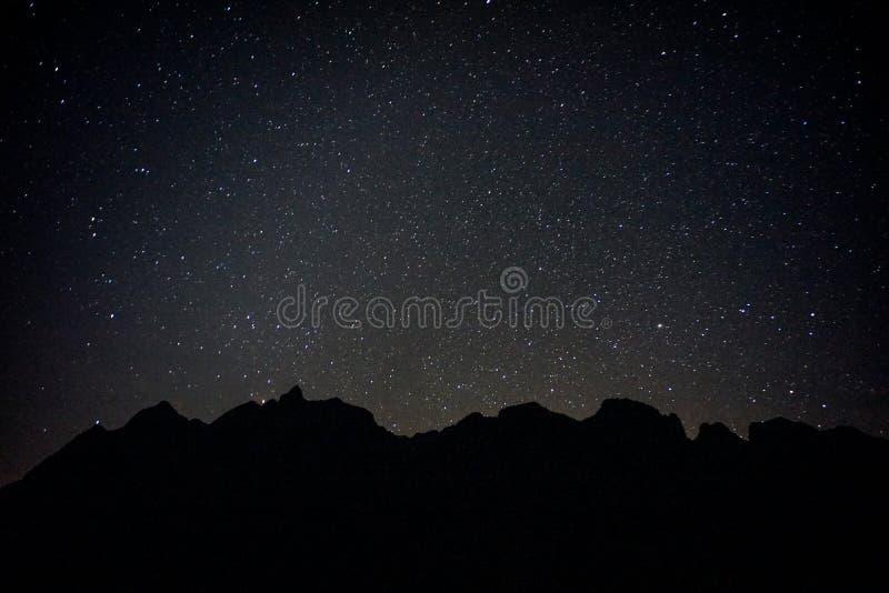 Montagne noire avec de pleines étoiles photographie stock libre de droits