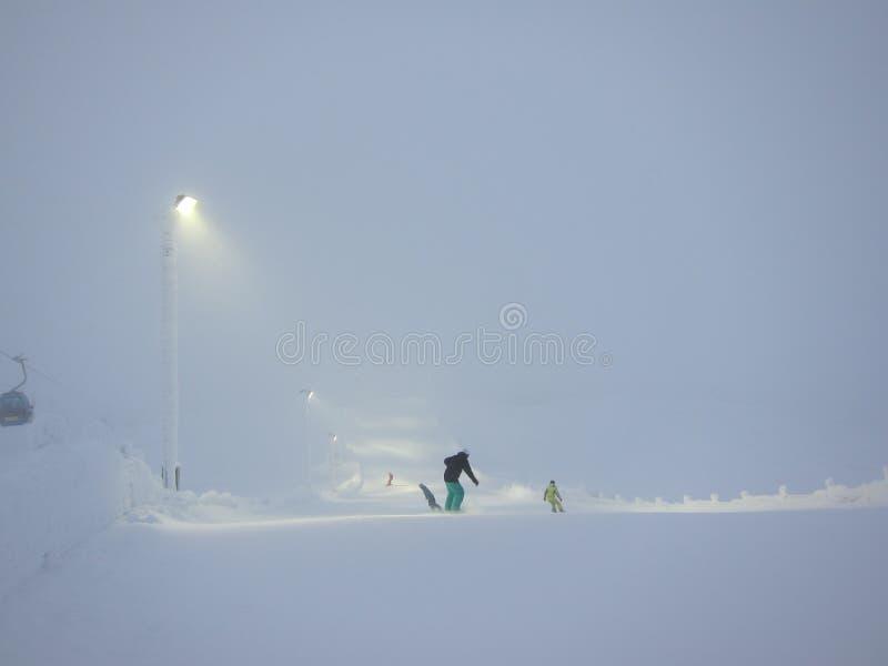 Montagne noire dans la neige, Lévi, Laponie image libre de droits