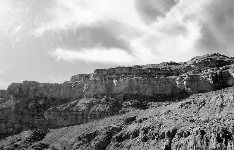 Montagne noire et blanche photo libre de droits