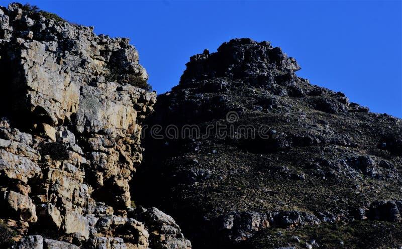 Montagne noire et blanche photo stock